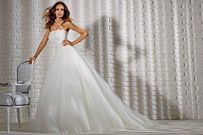 Robe de mariée avec bustier décoré de dentelle et cristaux, jupe ample. Gritti Spose 2013. Photo My Style s.r.l.