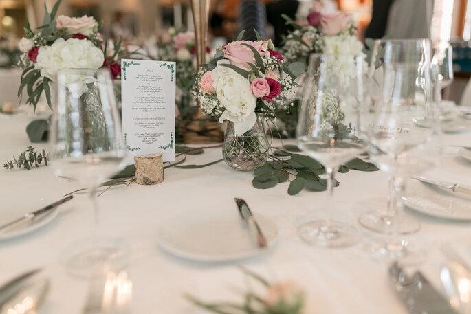 Hochzeitstisch mit Papeterie Wald & Schlosshotel Friedrichsruhe
