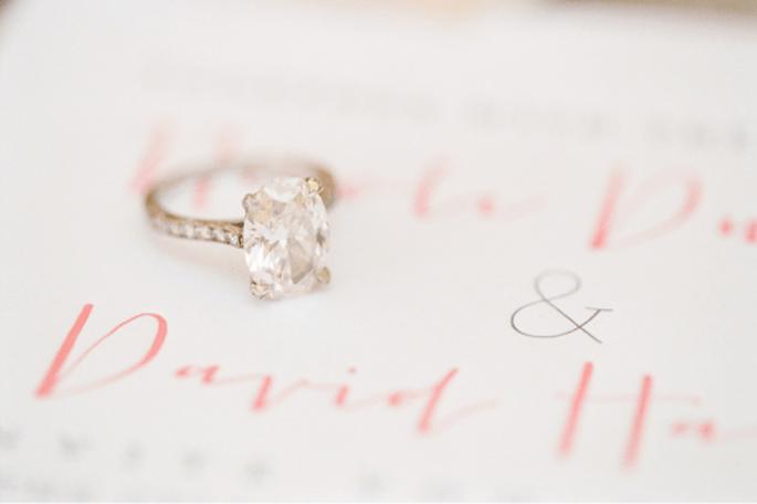 Fotografía tus anillos de boda con fondos increibles. Fotografía KT Merry
