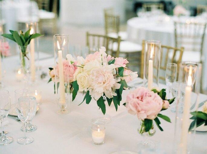 Centre de table et sa décoration florale de couleur pêche.