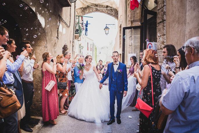 La sortie de l'église des mariés, sous les applaudissements et les bulles de savon de leurs invités.