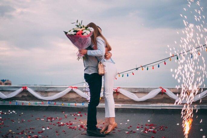 huwelijksaanzoek met boeket en vuurwerk