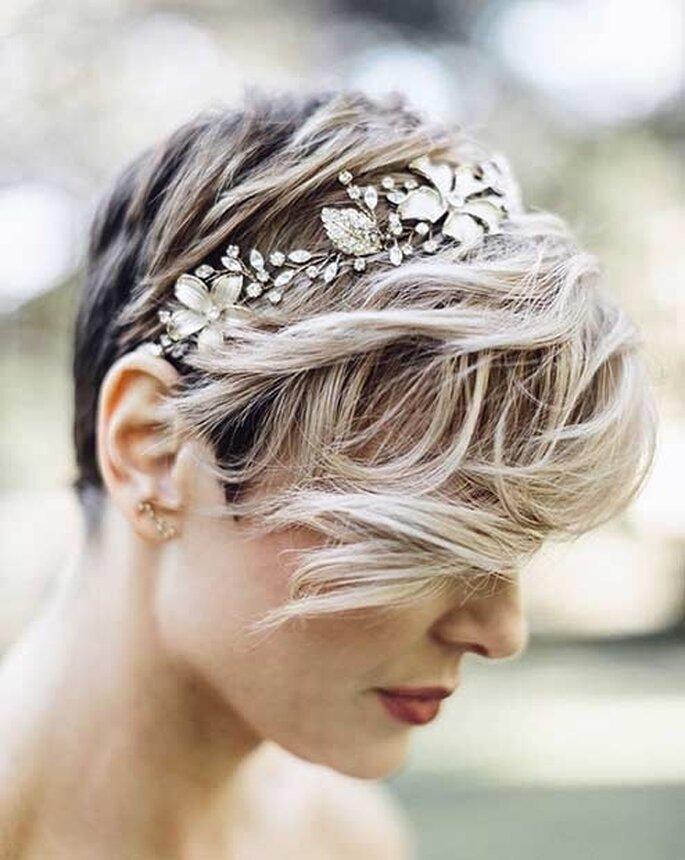 Une mariée avec une coiffure pour cheveux courts, des mèches légèrement ondulés et un serre-tête original