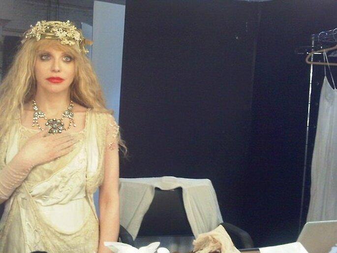 Love adapta su estilo 'bridal' para sus apariciones públicas. Foto: WCWT.