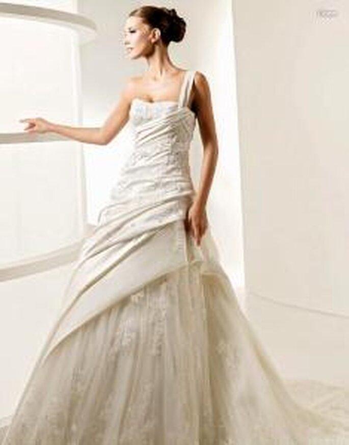 La Sposa 2010 - Liana, langes Prinzessinnenkleid mit Rock aus Tüll, diagonaler Überrock, ein Träger mit Strass