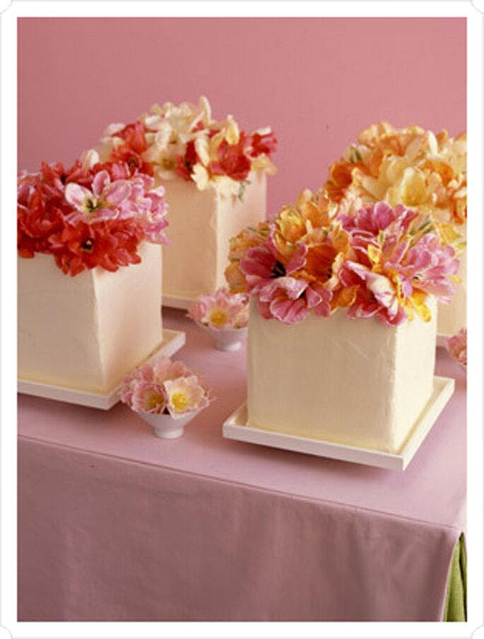 Petits gâteaux carrés comme centre de table