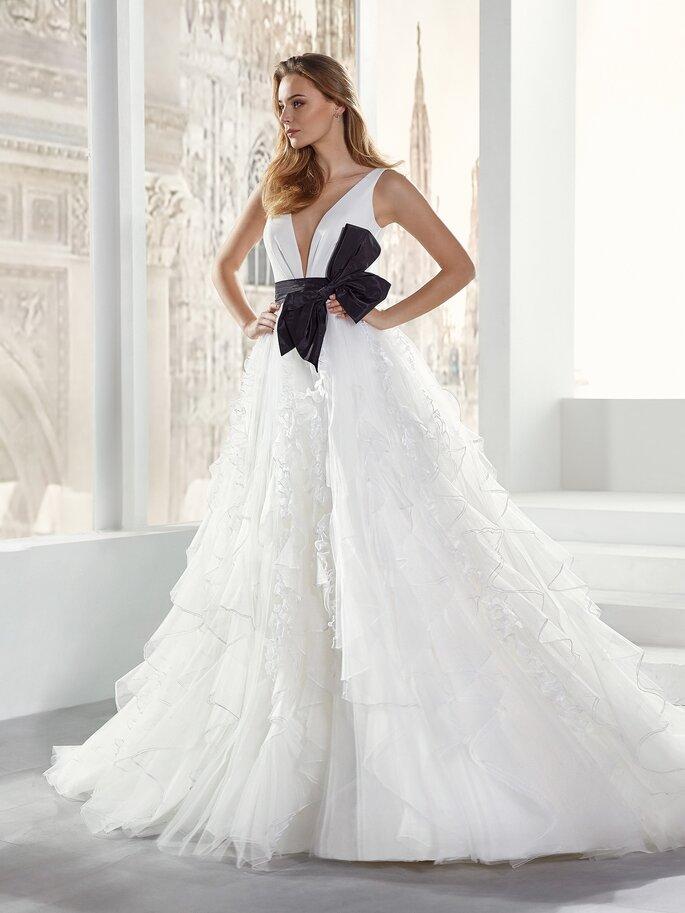 Vestido de novia con falda voluminosa en capas con cinturón negro con moño