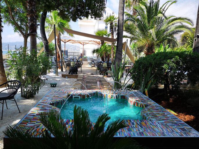 Villa Djunah - l'extérieur de la villa qui dévoile un bassin colorée et une nature verdoyante