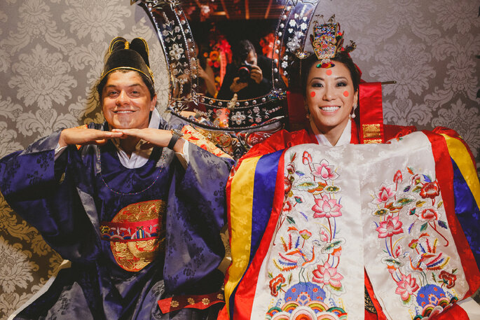 Noivos em trajes coreanos
