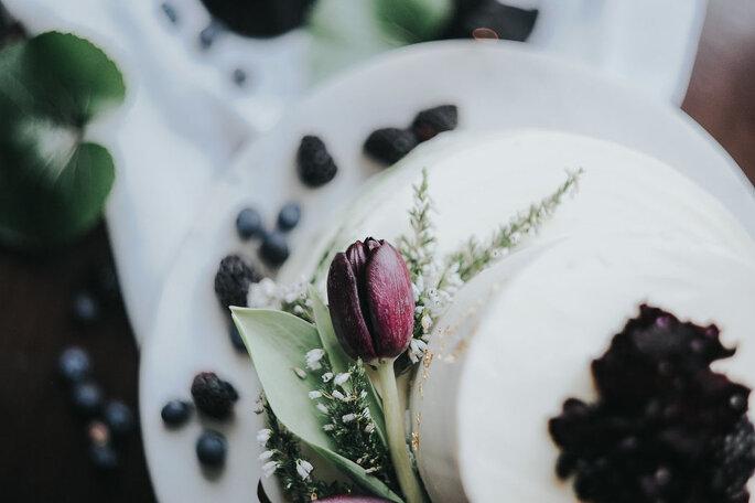 bolo de noiva com frutos vermelhos