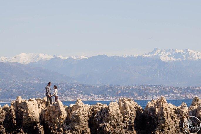 Séance photo d'engagement dans un paysage montagneux