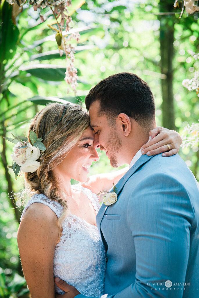 Noivos se olham em casamento rústico