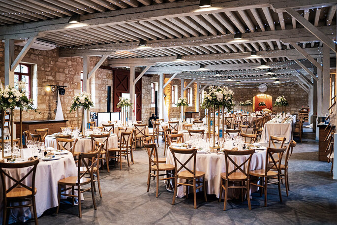 Une salle de réception caractérisée par ses murs de pierres, idéale pour un mariage.