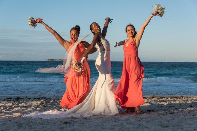 Une mariée avec ses deux demoiselles d'honneur - un mariage dans les Caraïbes