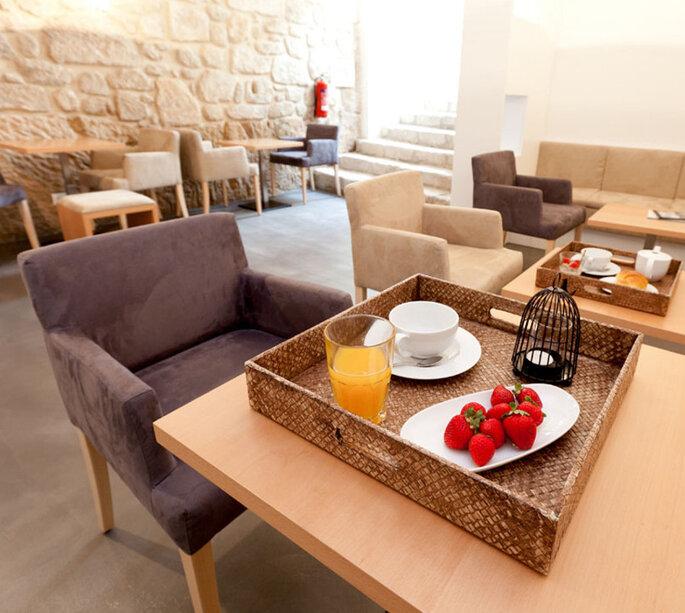 Mesas com cadeiras e café da manhã no InPatio Guest House, Porto