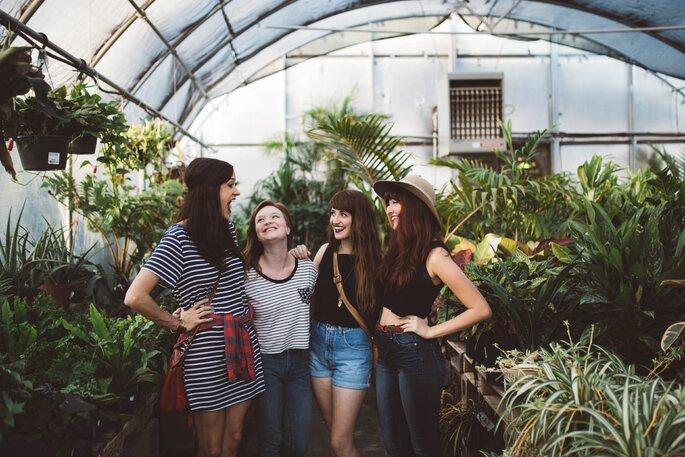 glückliche junge Frauen im Gewächshaus