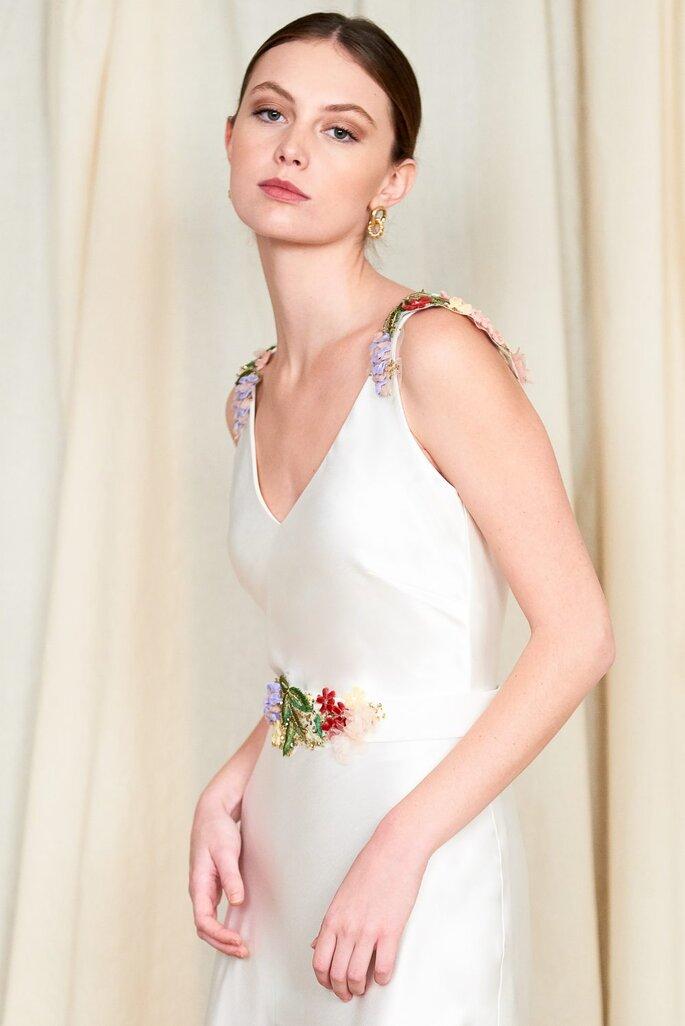 Vestido de novia para boda civil Beba´s Closet Body y falda con bordados coloridos en los hombros de arreglos florales y pedrería.