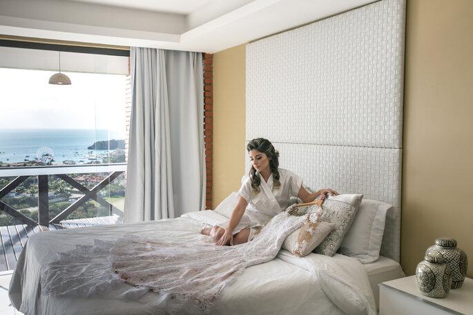 Noiva em hotel com vestido de noiva