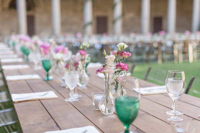 mesa casamento madeira simples copos vidros vasos vidro flores simples
