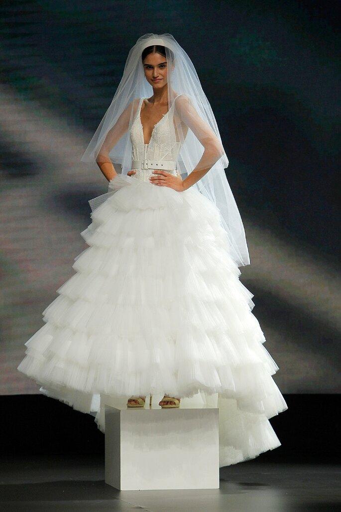Colección Touch de Yolan cris - Vestido de novia corte princesa con escote V delantero y en la espalda, bustier de encaje y talle largo para remarcar las caderas. Falda voluminosa de tul