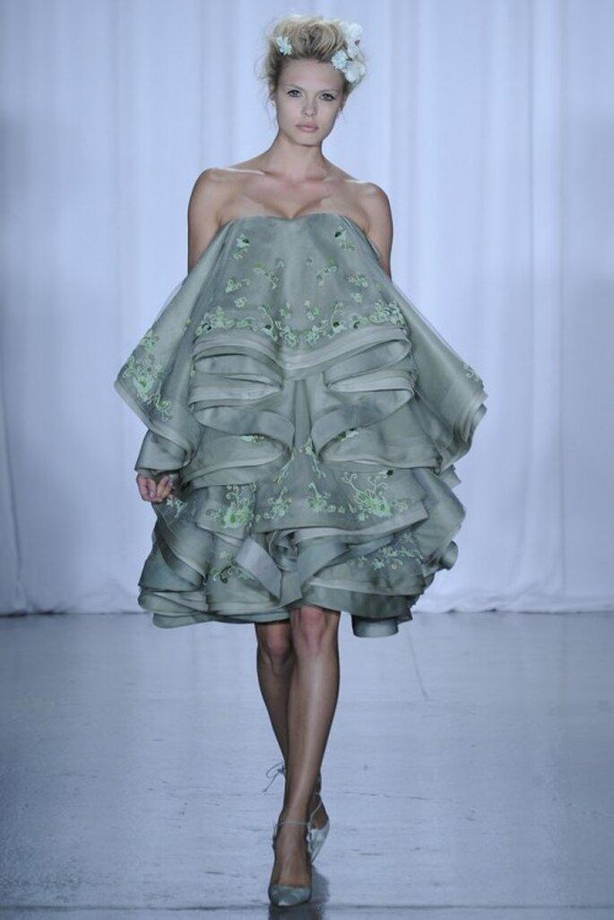 Vestido de fiesta corto en color verde con superposición de volúmenes - Foto Zac Posen