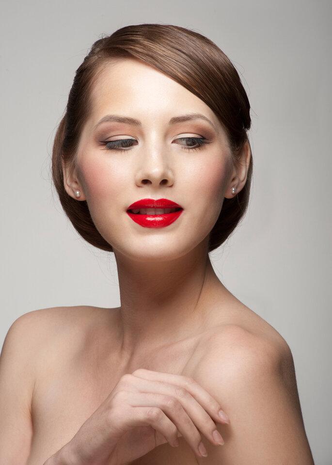 Novia con labios rojos que centran todas las miradas. Foto vía Shutterstock