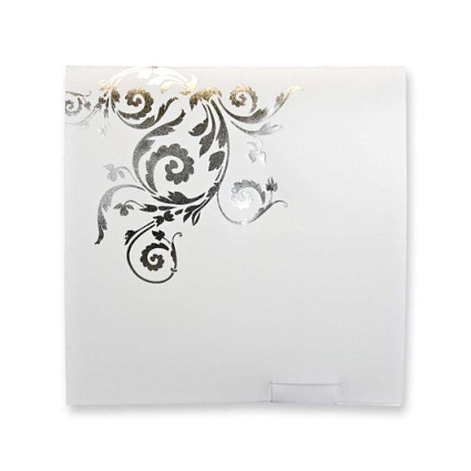 Invitación íntegramente en color plateado, con detalles de arabescos en plateado más brillante