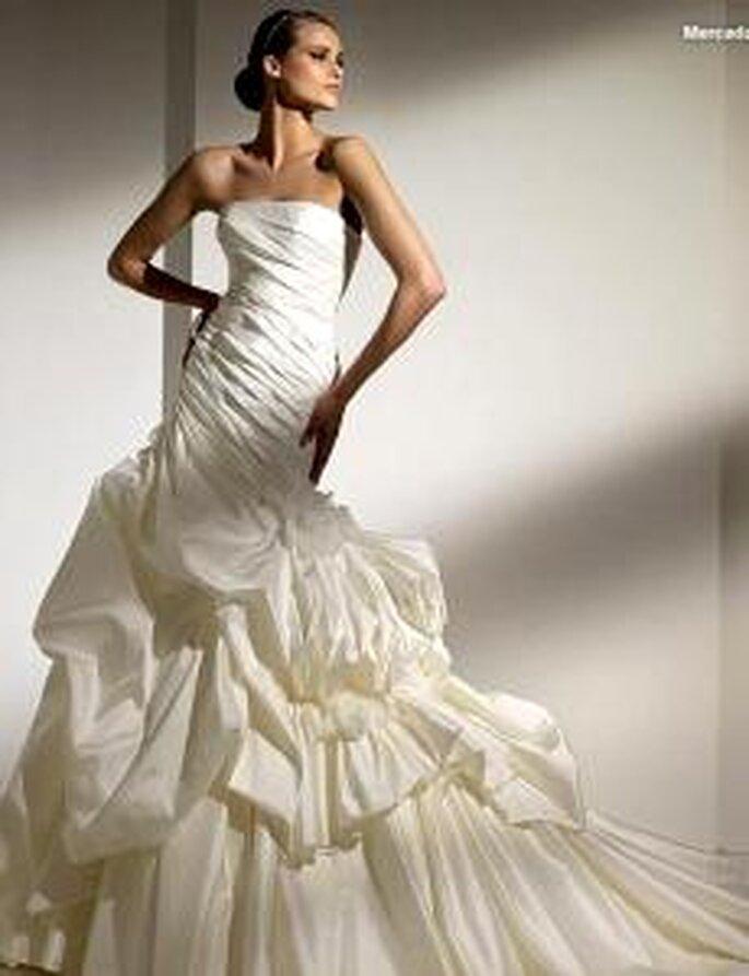 Pronovias 2010 - Mercadal, vestido largo en seda drapeada lateral, corte sirena, escoe palabra de honor recto