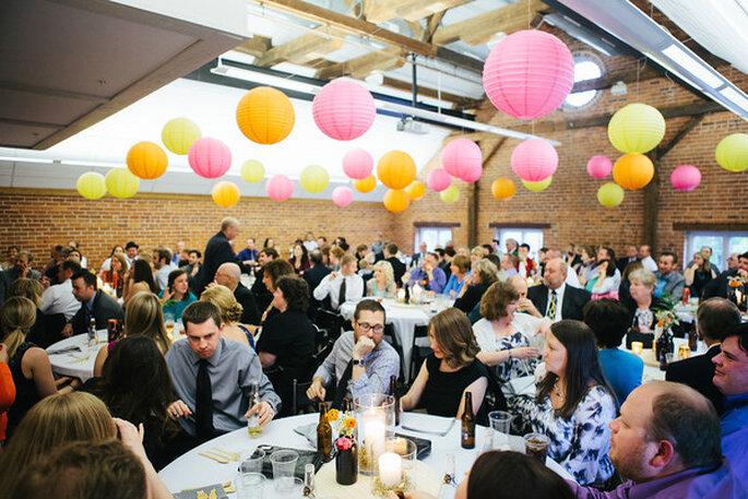 Ideas para la iluminación en una boda country. Foto: Emily May