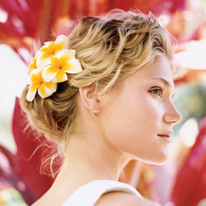 Peinados de novia: flores metidas en los rizos - www.blogdenovios.blogspot.com