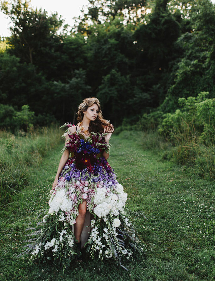 Un vestido precioso hecho con flores naturales - With Love & Embers