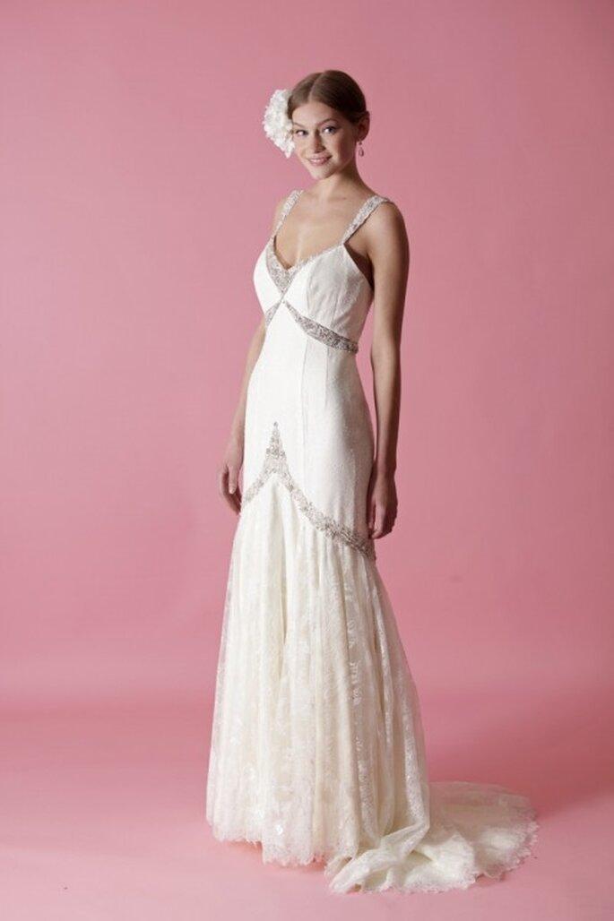 Vestido de novia con silueta holgada y detalles de pedrería para un look retro - Foto Badgley Mischka