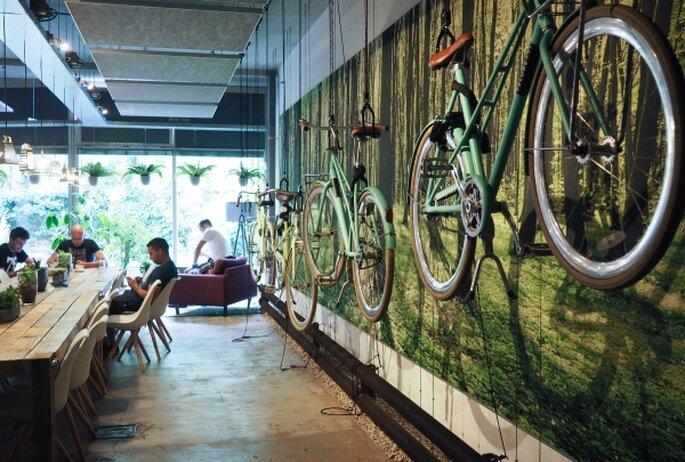 Parede com bicicletas penduradas no hostel  Ecomama, Amsterdam