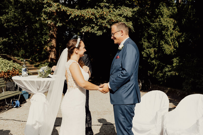 Freie Trauung Zeremonie. Brautpaar vor dem Altar