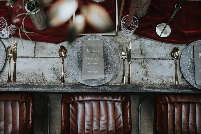 Der Hochzeitstisch mit goldenem Besteck und dazu passender Papeterie von Bonjour Paper, organisiert von Freakin' Fine Weddings.