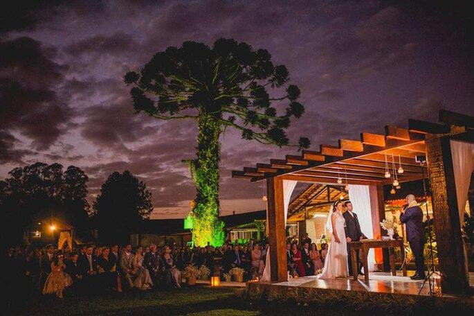 Cerimônia de casamento ao entardecer