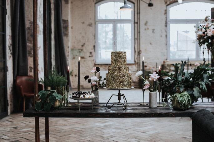 Der Candy Tisch mit Hochzeitstorte & Törtchen von Cakes Berlin. Die Einrichtung und Mietdekoration stammt von Wanny Marry, organisiert von Freakin' Fine Weddings.