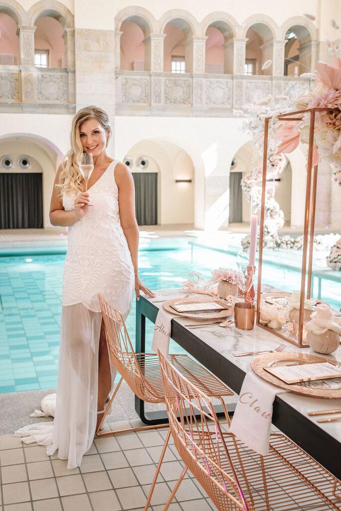 Pool Love Inspirationsshooting im Oderberger Stadtbad Braut