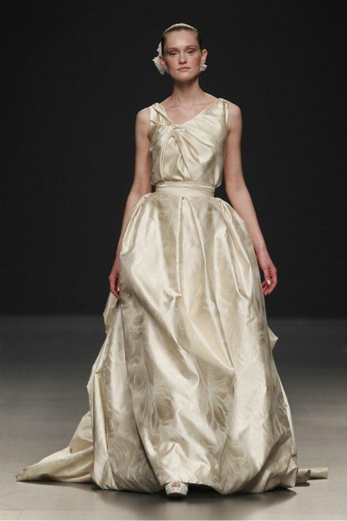 Riqueza en los tejidos utilizados como se puede observar en el vestido de novia de color Paula Del Vas 2012 - Ugo Camera / Ifema