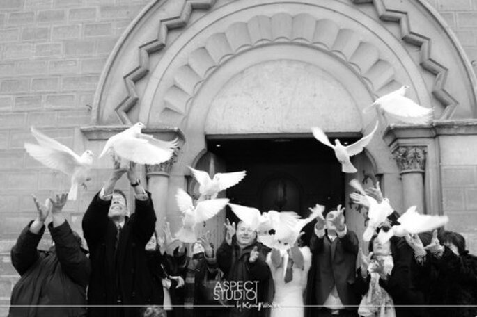 Colombes, bulles, musique : à vous de choisir ce dont vous rêvez pour la sortie de l'église de votre mariage - Photo : Aspect studio
