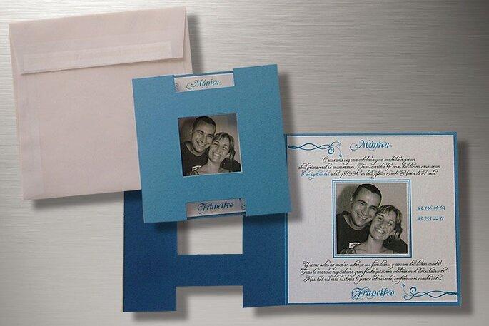 Una original propuesta con la combinación del blanco, el celeste y el azul con una fotografia de los novios