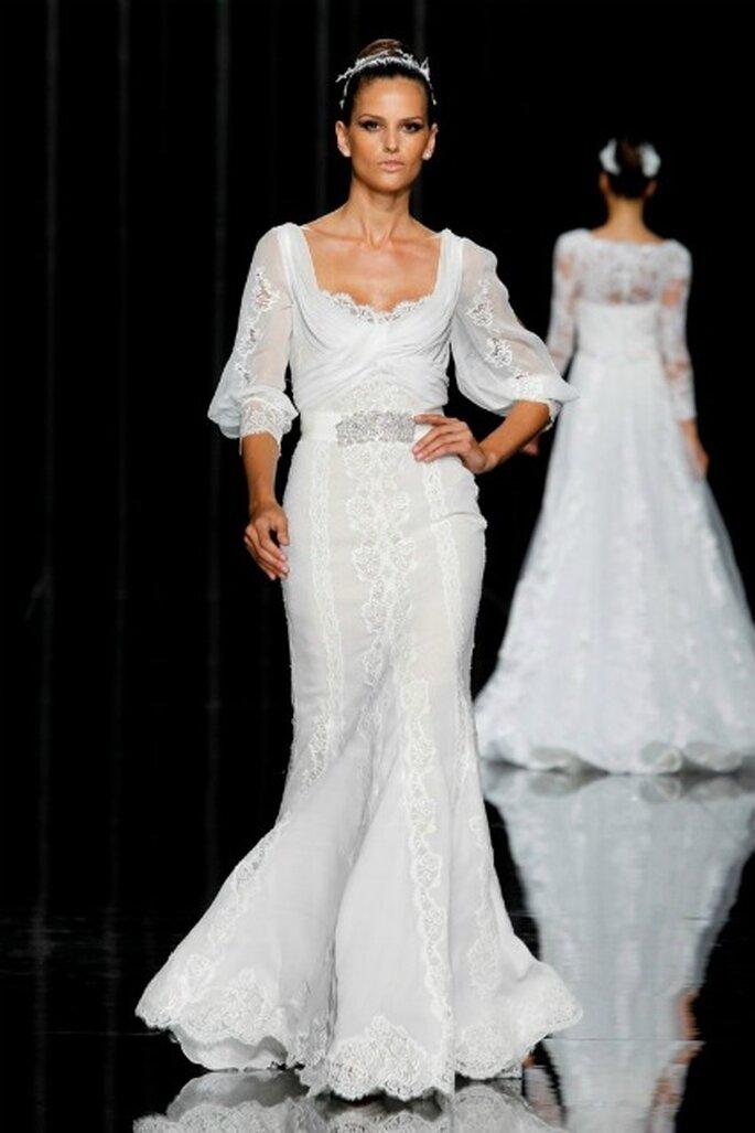 Isabel Goulart con una de las propuestas de los vestidos de novia Pronovias 2012