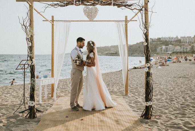 noivos num altar na praia