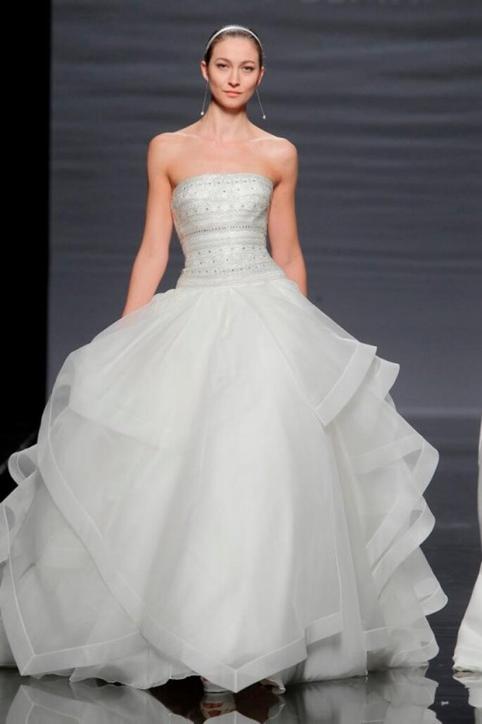 Vestido de novia corte princesa con escote strapless y falda con volúmenes - Foto Rosa Clará