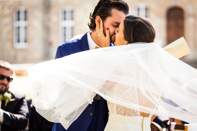 Un baiser entre deux mariés