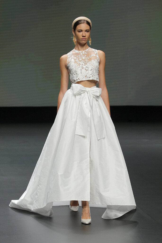 Colección Vestido de Novias 2021 Jesús Peiró vestido de novia de dos piezas con un top de transparencia y escote en corazón, falda amplia con decoración de lazo