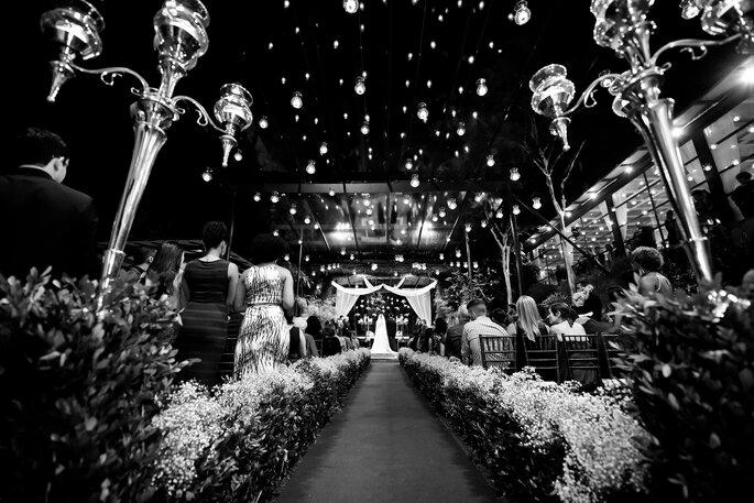 noivos no altar em casamento decorado com velas