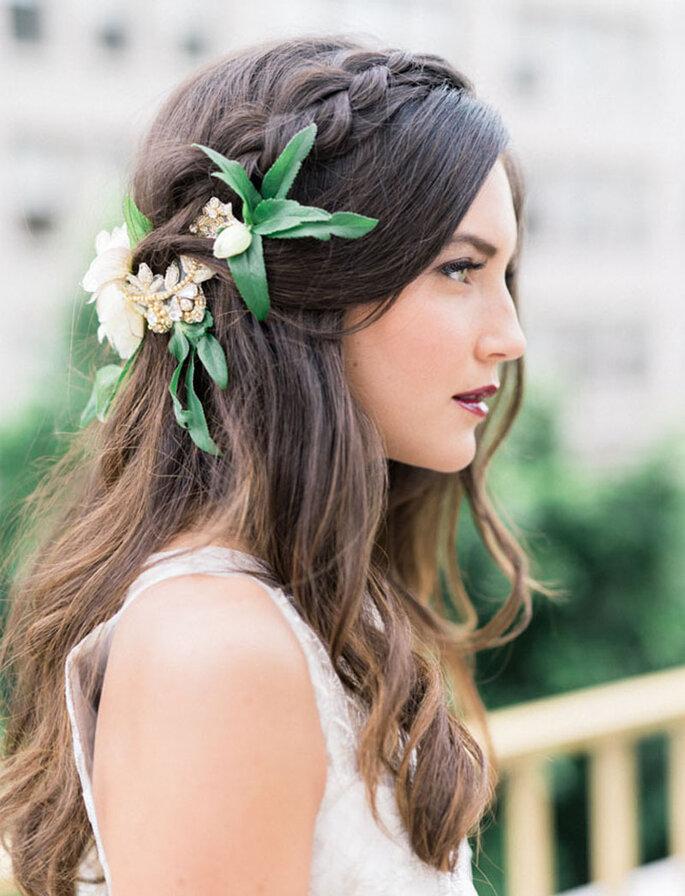 Peinado de novia con aureola trenzada y arreglo natural