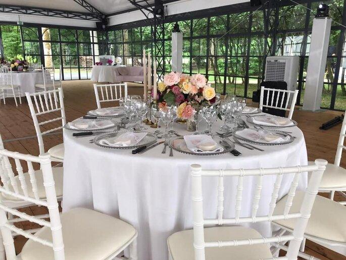 Sous la verrière du Manoir Saint Hubert, des tables dressées et décorées pour un mariage