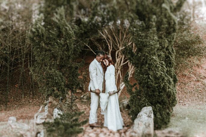 Traje dos noivos em estilo boho